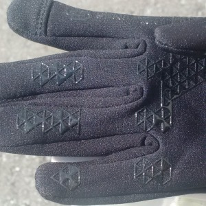 silicone grips on fingers and palms of these running gloves provide grip for driving and lifting jars